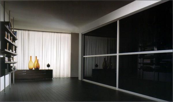 Espacio muy conservador, note el efecto decorador de las tres botellas delante del ventanal