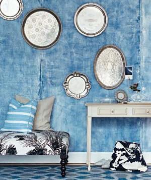 Decoración que combina colores de pared y piso, note como se decoró con bandejas de plata, usted podría decorar con cualquier cosa que sea de su agrado, es cuestión de usar la imaginación