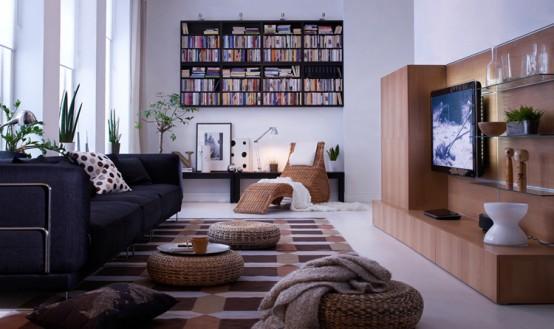 Sobria decoración donde hay combinación de marrones en los muebles, y alfombra. Al fondo destaca una estantería muy simétrica