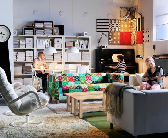 Fijese que en esta sala la decoración está centrada en un solo objeto que resalta. ¿Lo encontró? Si, el sofa. Lo demás es mayoritariamente blanco