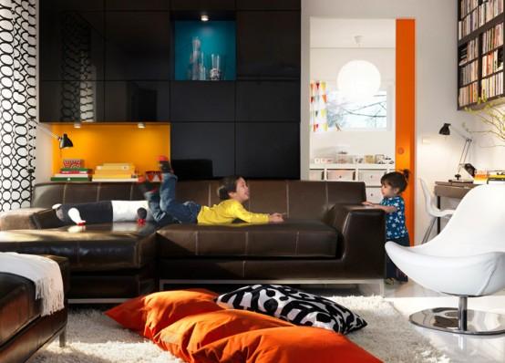 Decoracion de sala combinando el cuero, y accesorios de color intenso como el naranja. Notese el estampado de la cortina. Otros objetos blancos, el blanco va con todo.