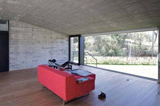 Interior con sofa rojo Pocafarina, casa en Girona, España