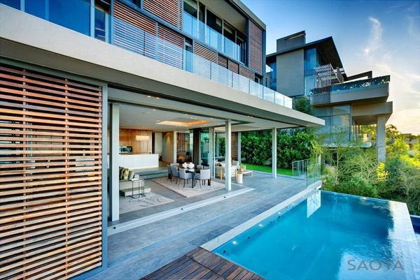 casa con piscina en sur frica con detalles de madera en sus interiores