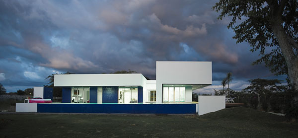 Imperio azul en tierras colombianas creado por  Antonio Sofan Arquitectos  e interioristas