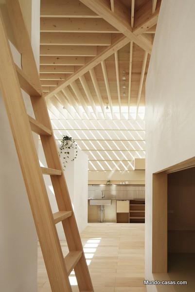 Ingenioso diseño japonés: Casa que absorbe la luz solar y la distribuye a través de los muros
