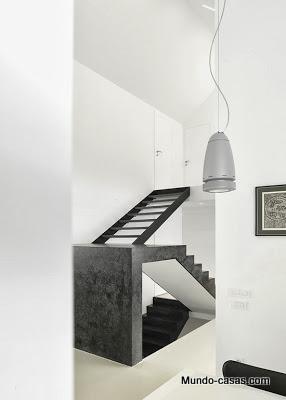casa-minimalista-eslovenia escalera al segundo piso