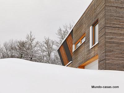 casa-minimalista-eslovenia fachada color amaderado