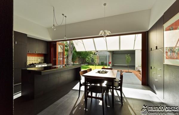 Interiores cocina y sala en la Casa 31_4 Room House (1)
