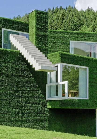 Hermosa fachada en Austria decorada con pasto sintético