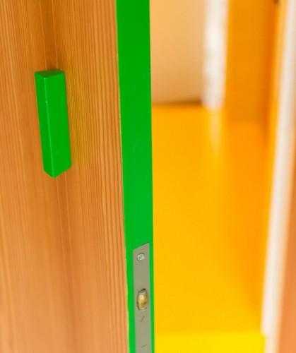 Apartamento de colores citricos con camas instaladas en la pared (1)