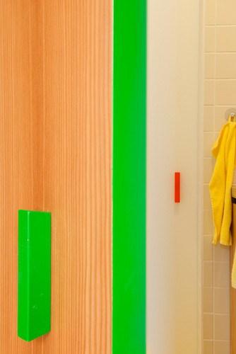 Apartamento de colores citricos con camas instaladas en la pared (10)