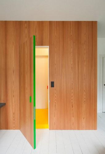 Apartamento de colores citricos con camas instaladas en la pared (12)