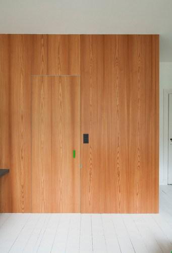 Apartamento de colores citricos con camas instaladas en la pared (13)