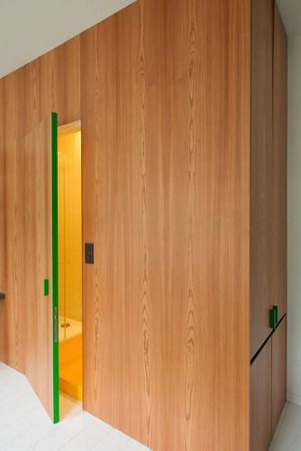 Apartamento de colores citricos con camas instaladas en la pared (14)
