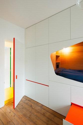 Apartamento de colores citricos con camas instaladas en la pared
