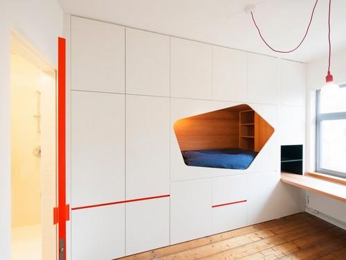 Apartamento de colores citricos con camas instaladas en la pared (5)