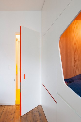 Apartamento de colores citricos con camas instaladas en la pared (7)