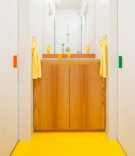 Apartamento de colores citricos con camas instaladas en la pared (9)