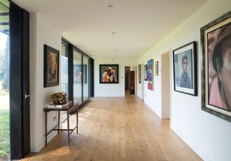Varias pinturas que adornan el nuevo hogar