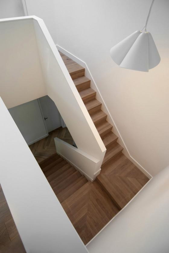 Una vista  de las escaleras con colore divinos