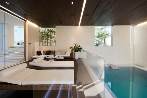 una piscina interior