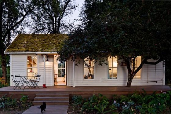 La casa desde el exterior bien iluminada