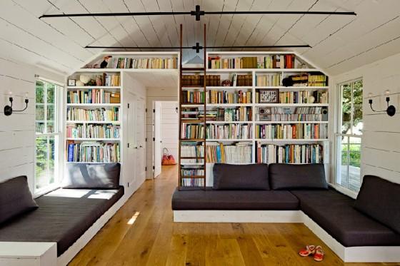 Una sala muy bien decorada junto con una gran librería