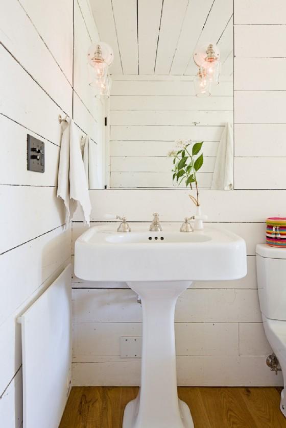 El diseño del baño es colorido y perfecto