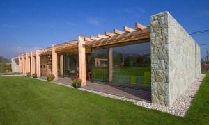Casa restaurada de piedra, vidrio y madera en un ambiente rural en la Republica Checa