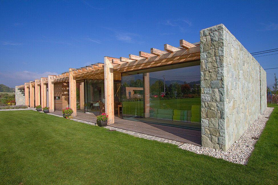 casa de piedra madera y vidrio