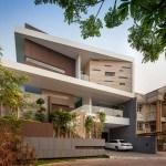 Residencia de 3 pisos en Yakarta, Indonesia que juega con las formas y las texturas