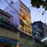 Edificio abandonado en Saigón, Vietnam que se ha convertido en un lugar para reunión familia