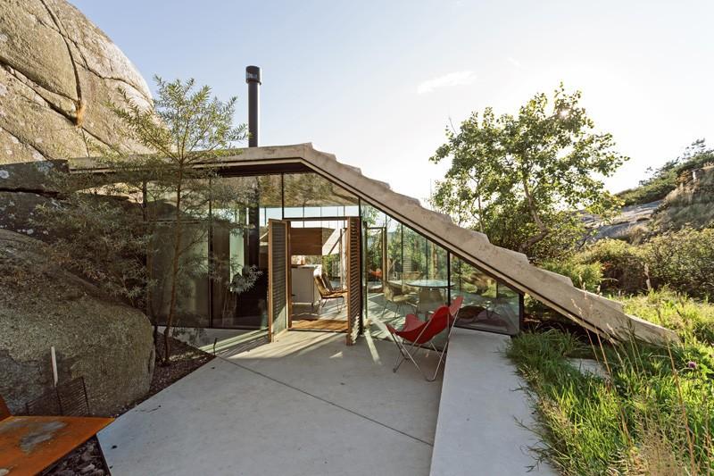 Noruega ofrece la vista de una diminuta cabaña moderna con estilo de acabado en las rocas