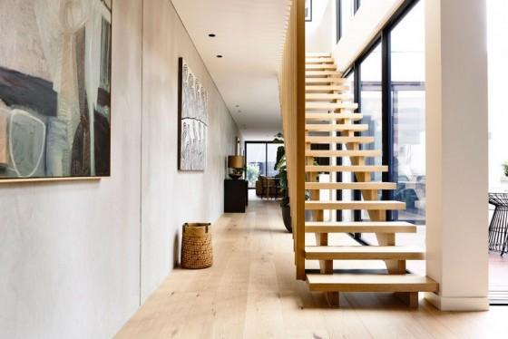 bonita escalera de madera