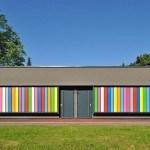 Interactivo exterior de listones de colores que transforma un salón de jardín de niños esloveno en algo espectacular