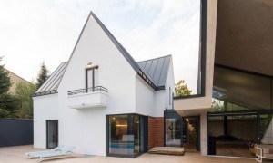 Casa en Rumania que adapta una extensión moderna tipo origami