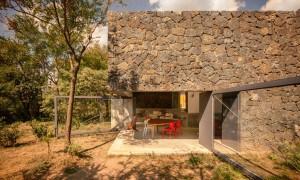 Casa Meztitla: una casa de retiro familiar con puertas pivotantes que une a la familia ubicada al pie de la montaña Tepozteco en México