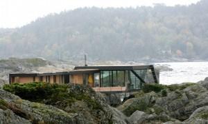 Casa de vacaciones inspirada en la naturaleza en Noruega que es accesible solo por barco
