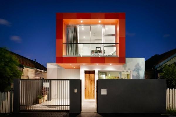 Una casa modular con personalidad que destaca su aspecto en un barrio urbano de Australia