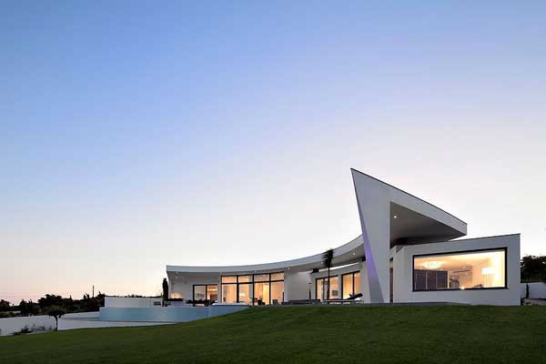 Moderna Residencia Costera con Diseño Geométrico