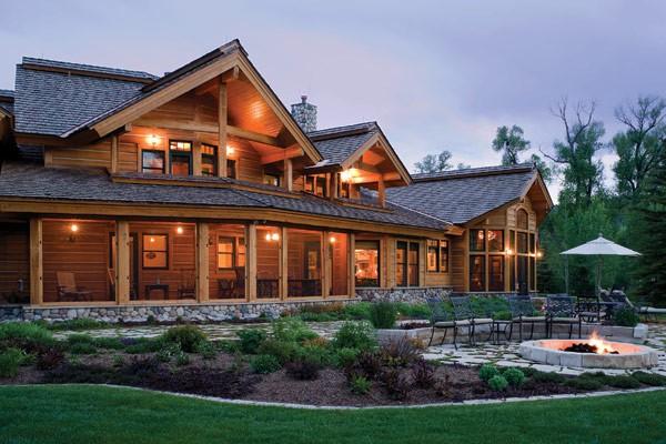 Casa de madera a orillas del río