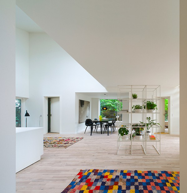 Agradable decoración en interiores de casa minimalista (12)