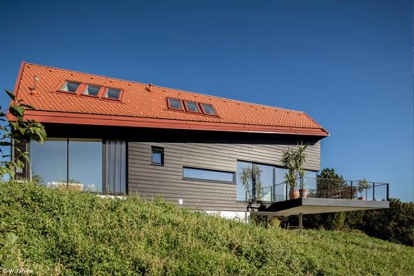 Casa tradicional de Austria sobre verdes y luminosos campos
