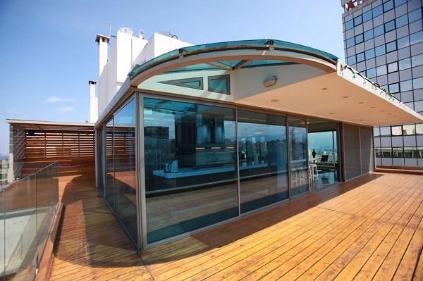 Apartamento moderno creativo construido en el techo de un edificio