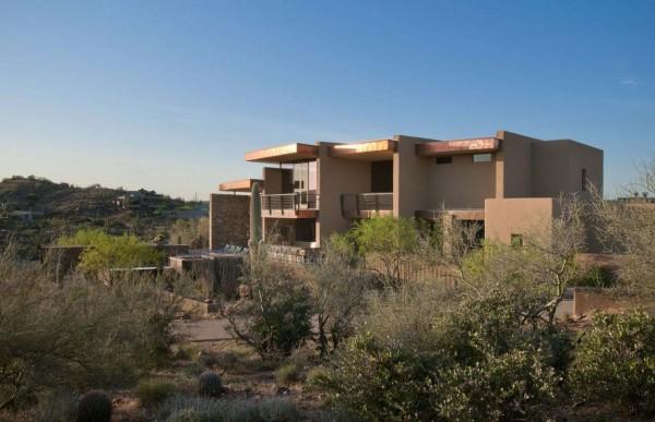 Tonos tierra entre el vibrante cielo del desierto de Arizona la residencia Sefcovic