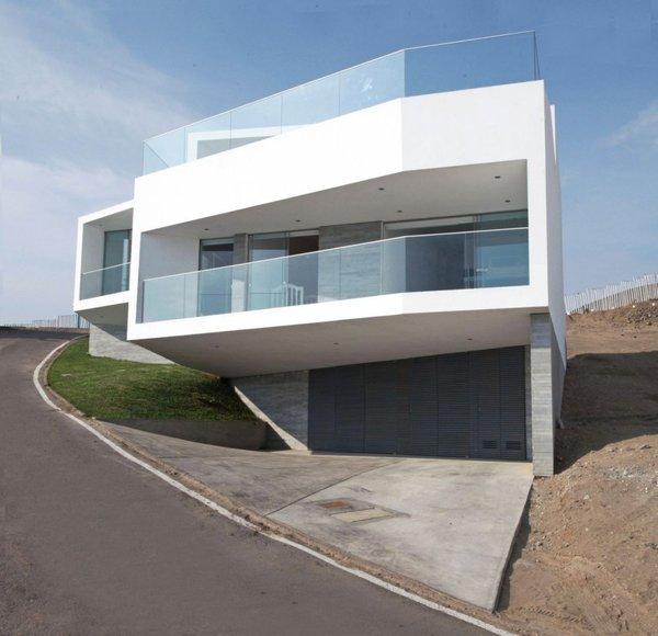 Casa moderna sobre la montaña con vista al mar