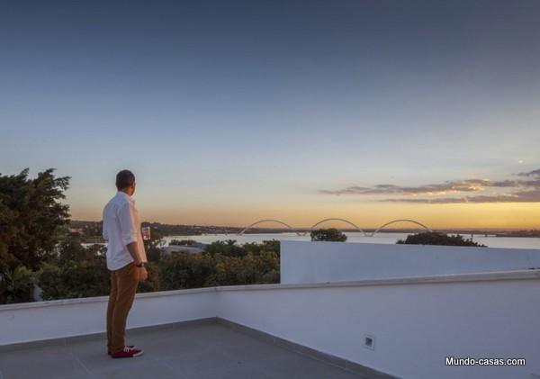 Ventanas gigantes - Linhares Dias House en el lago Paranoa (10)