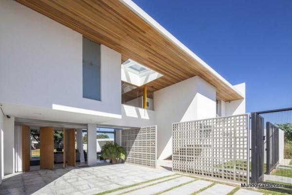 Ventanas gigantes - Linhares Dias House en el lago Paranoa (19)