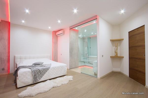 apartamento con luces rosadas