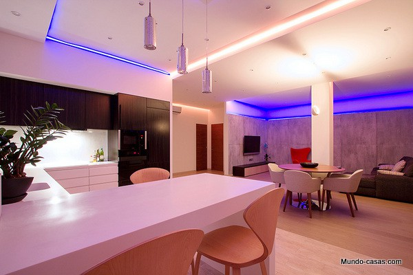 Hermoso apartamento con luces de colores en St. Petersburgo
